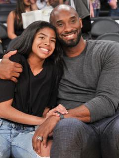 Kobe Bryant abrazado con su hija, Gianna.
