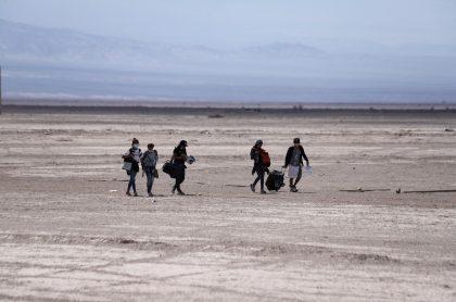 Migrantes intentando ingresar a Chile por Colchane ilustra nota de colombiana que murió al intentar cruzar la frontera