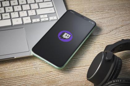 La aplicación de Twitch en la pantalla de un 'smartphone'. Imagen ilustrativa de cuánto dinero ganan los 'streamers' en la plataforma 'Twitch'