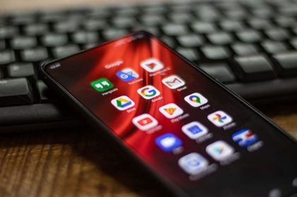 Foto de celular ilustra nota sobre  Android: ¿por qué la batería de un celular se descarga tan rápido?