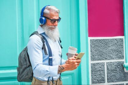 Foto de hombre escuchando música, a propósito de aplicaciones gratuitas y que no necesitan internet