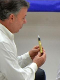 Juan Manuel Santos y 'Timochenko', exjefe guerrillero que confesó en la JEP que las Farc querían atentar contra el presidente