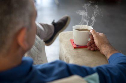 Hombre tomando café, ilustra nota de empleado que intentó matar a su jefe con saliva de paciente de coronavirus
