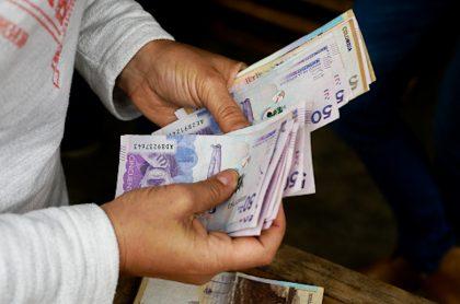 Pago en efectivo en Colombia.