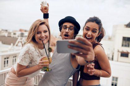 Imagen de jóvenes bebiendo, a propósito de aplicación que tiene 'modo borracho'