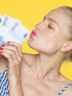 Mujer besando billetes, ilustra nota de resultados de loterías (Valle, Manizales, Meta) y chances de febrero 10.