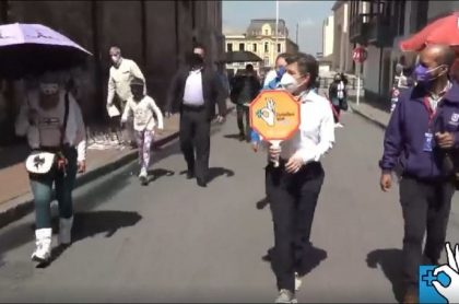 Claudia López durante un recorrido por la Plaza de Bolívar, en donde una mujer le reclamó por ayudas para vendedores ambulantes