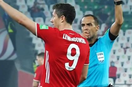 Mano de Lewandowski en gol del Bayern en final del Mundial de clubes. El jugador dijo que no tocó el balón.