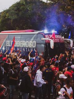 Sin tapabocas ni distanciamiento, la hinchada del Independiente Medellín dio una muestra de irresponsabilidad este jueves.