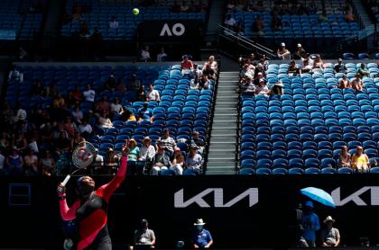 Serena Williams efectúa un saque ante la mirada del poco público permitido en los estadios del Abierto de Australia 2021.