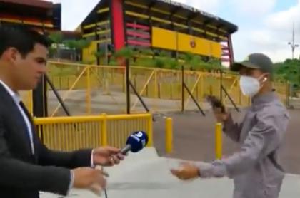 El periodista Diego Ordinola fue atracado mientras hacía una nota junto al estadio del Barcelona.