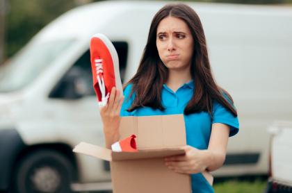 Mujer con caja de zapatos en la mano, a propósito de qué hacer con los regalos que le dio su ex