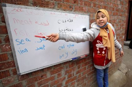 Reem El-Khouly, de 12 años, asumió el rol de profesora y decidió darles clases a sus vecinos luego de que colegios cerraran por COVID-19.