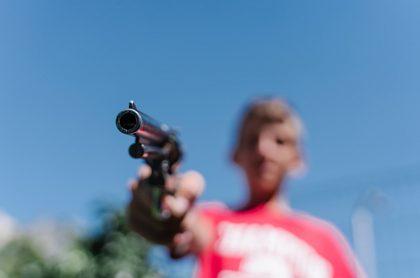 Niño con arma de fuego.