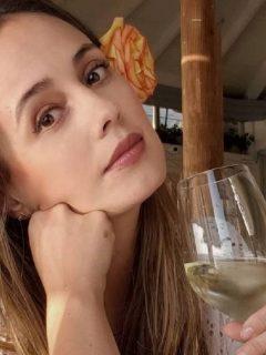 Milena López, a quien un hombre desnudo se le tiró una foto en la plya, tomando vino.