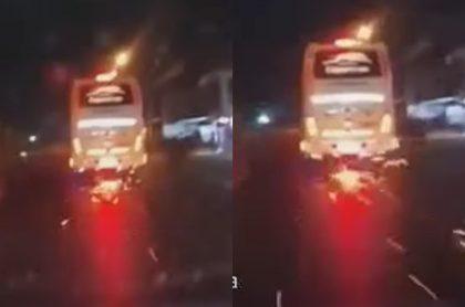 Video de un bus arrastrando una moto por varios metros en Santander