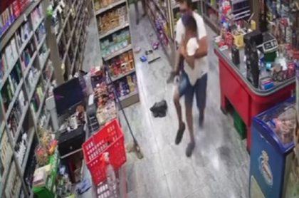 Niño de 7 años resultó herido en un supermercado de Argentina luego de que unos ladrones le dispararan en medio de un ribo a una tienda.
