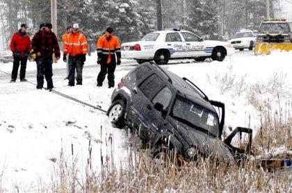 Accidente de tránsito causado por la nieve.