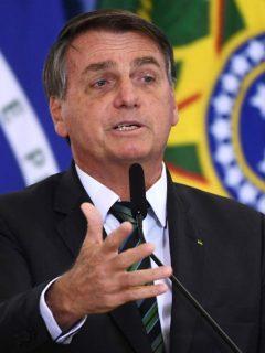 Presidente de Brasil Jair Bolsonaro dando un discurso, ilustra nota de Bolsonaro que pide cierre de importantes periódicos de Brasil