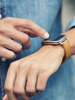 Hombre usando un 'smartwatch'. Imagen ilustrativa del informe sobre el nuevo reloj inteligente de Facebook.