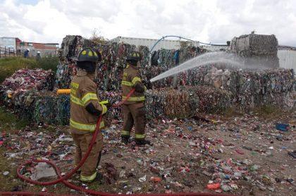 Bomberos, apagando un incendio, en Fontibón.