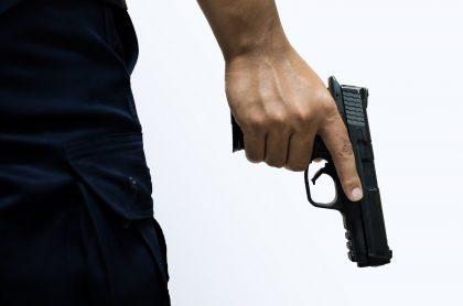 Hombre con arma ilustra nota sobre secuestro de estudiantes en Nigeria