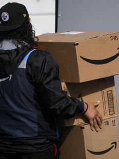 Imagen de trabajador de Amazon ilustra artículo Demandan a Amazon por no proteger empleados en pandemia por COVID-19