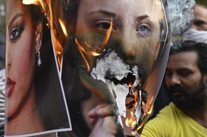 Un activista prende fuego a una imaagen de Rihanna por haber posado con imagen de la deidad más popular de ese país.