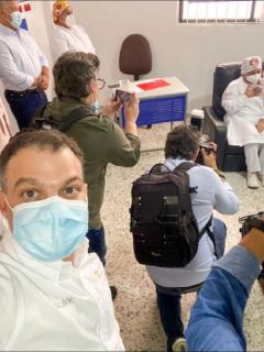 El alcalde de Sincelejo, Andrés Gómez, fue uno de los que se tomó selfi con el presidente Duque y la enfermera vacunada
