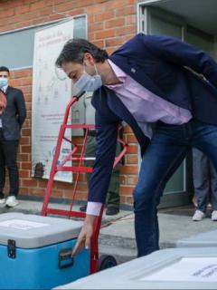 Daniel Quintero, alcalde de Medellín, al recibir vacunas contra COVID-19.