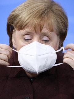 La canciller alemana Ángela Merkel olvidó ponerse tapabocas después de un discurso y su reacción causó empatía en redes sociales.