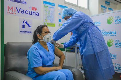 Primera vacunación contra COVID-19 en Montería ilustra nota sobre la cantidad de dinero que reciben hospitales por aplicar las dosis