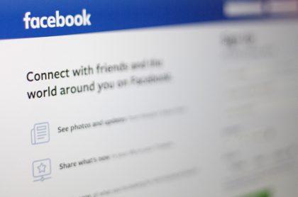 Foto de página de ingreso a Facebook ilustra nota sobre bloqueo que la red le hizo a la prensa de Australia