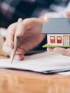 Se están firmando unos documentos, los cuales se entiende que son relacionados con una vivienda. Imagen ilustrativa a loas razones por las que se puede cancelar un contrato de arrendamiento.