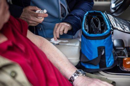 Brazo de anciana y manos de enfermera con vacuna, ilustran nota de anciana muere arrollada tras recibir vacuna contra el COVID-19, Brasil