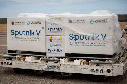 Contenedores con vacunas Sputnik V, ilustran nota de Rusia admite que no tiene capacidad para satisfacer demanda de vacuna