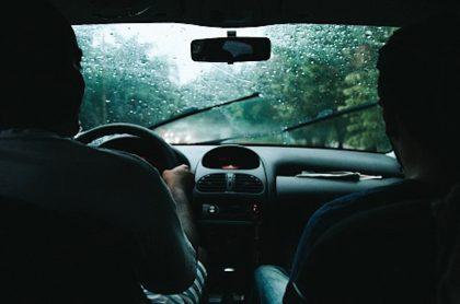 Conducir bajo la lluvia.