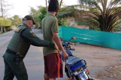 Imagen de un policía que requisa a un motociclista, y que ilustra caso de joven al que hirieron en el cuello por robarle la moto en Aguachica
