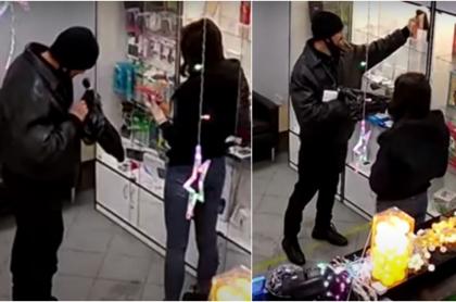 """Capturas de pantalla de video viral en Rusia en el que se ve a ladrón robando tienda de celulares """"armado"""" con un gancho"""
