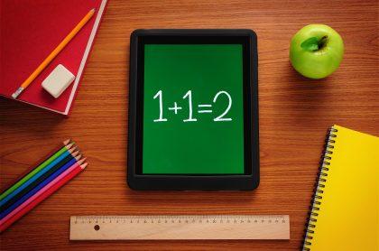 Un tablet mostrando una suma. Imagen ilustrativa a Apps y sitios web para resolver ejercicios matemáticos.