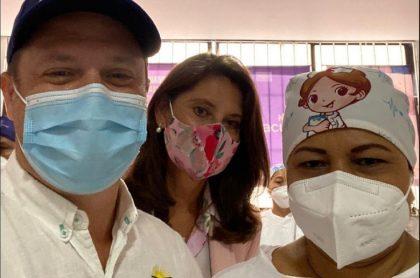 Gobernador de Sucre posa junto a la primera enfermera vacunada en Sincelejo, con la que ahora entra en disputa por su salario