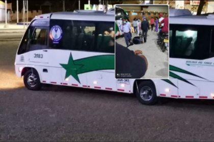 Imagen del bus donde ocurrió el atraco y del momento en que trasladan al hombre herido a un hospital en Baranoa, Atlántico