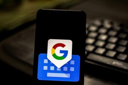 Foto de un celular que tiene en la pantalla el logo de Gboard, una aplicación para personalizar el teclado del celular.