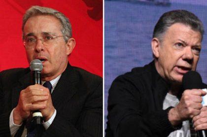 Álvaro Uribe y Juan Manuel Santos, quien habló sobre el informe de los falsos positivos presentado por la JEP