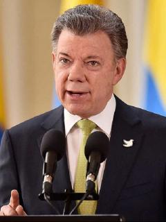 El expresidente Juan Manuel Santos habría concedido salvoconductos irregulares a alias 'Gabino' para viajar a Cuba, según Semana.