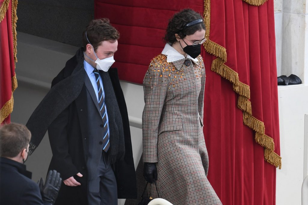 AFP / Harris Cole Emhoff y Ella Emhoff, hijastros de Kamala Harris en la posesión de Joe Biden.