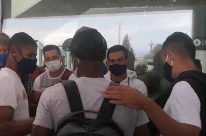 Recibimiento de jugadores de Millonarios a Andrés Felipe Román en el Aeropuerto El Dorado