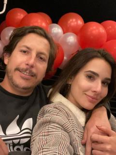 Foto de Alejandro Riaño y María Alejandra Manotas, a propósito de abdomen que le quedó a ella.