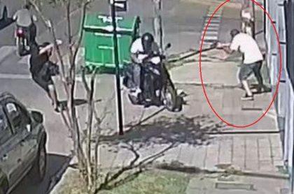 Una cámara de seguridad captó el momento exacto en el que el uniformado le disparó al delincuente, quien estaba acompañado de otro atracador.