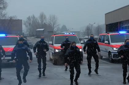 Video viral de policías bailando en Europa.